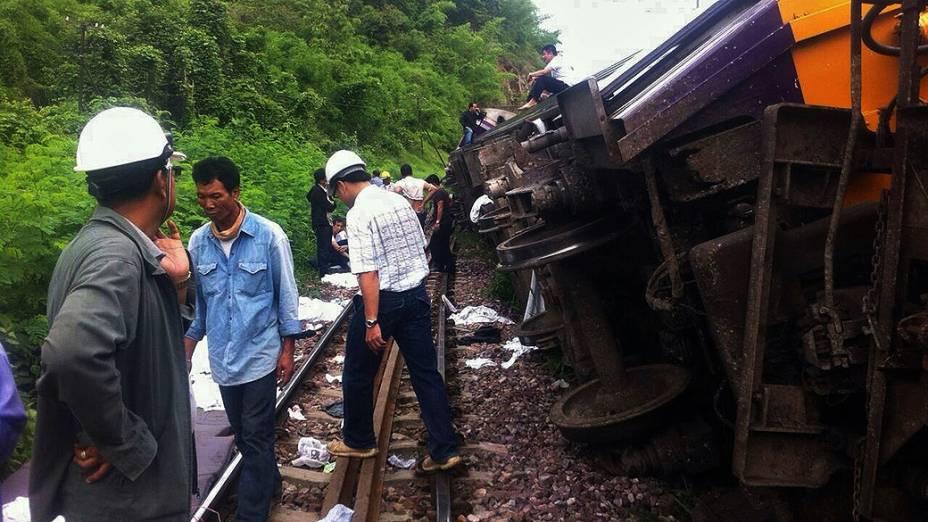 Equipes de resgate auxiliam onde um trem expresso descarrilou nesta quarta-feira (17), na província de Phrae. 23 pessoas ficaram feridas durante o acidente na Tailândia