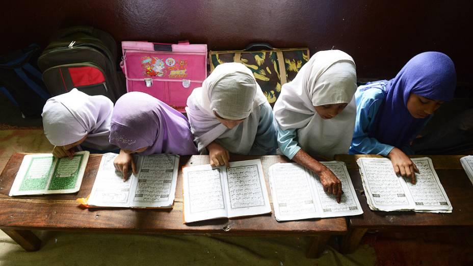 Meninas muçulmanas recitam o Alcorão Sagrado em sua sala de aula nesta quarta-feira (17), durante o mês sagrado do Ramadã, em escola religiosa em Hyderabad, na Índia