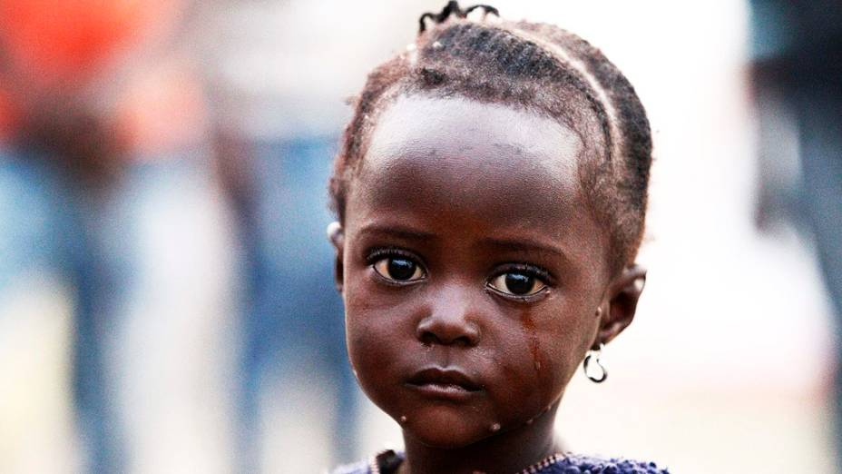 Uma criança refugiadalevada pelos combates do exército do Congo e do grupo rebelde Forças Democráticas Aliadas (ADF) chora na chegada aoacampamento de Bundibugyo, nesta quarta-feira (17), em Uganda