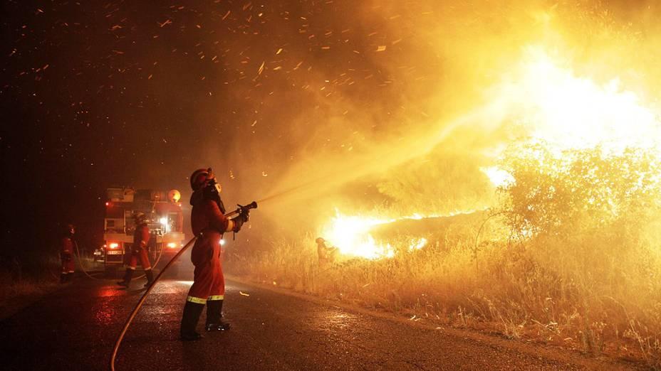 Fotografia fornecida pelo Ministério da Defesa da Unidade Militar de Emergência (UME) mostra tentativa de conter fogo no município de Almorox nesta quarta-feira (17), em Toledo. O fogo continua por uma área de terreno acidentado que torna impossível acesso de bombeiros, na Espanha
