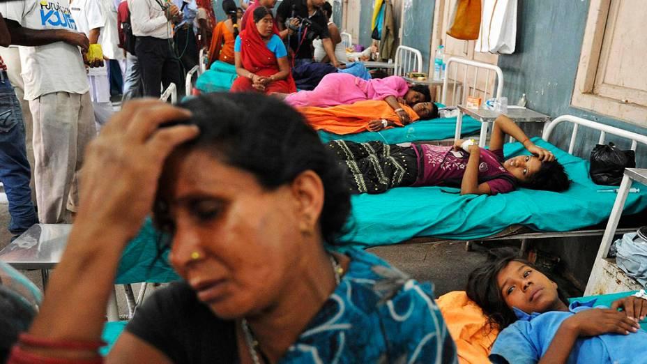 Pelo menos 20 crianças morreram e dezenas foram levadas ao hospital com intoxicação alimentar depois de comer uma refeição fornecido gratuitamente em escola nesta quarta-feira (17), no distrito de Chapra, na Índia