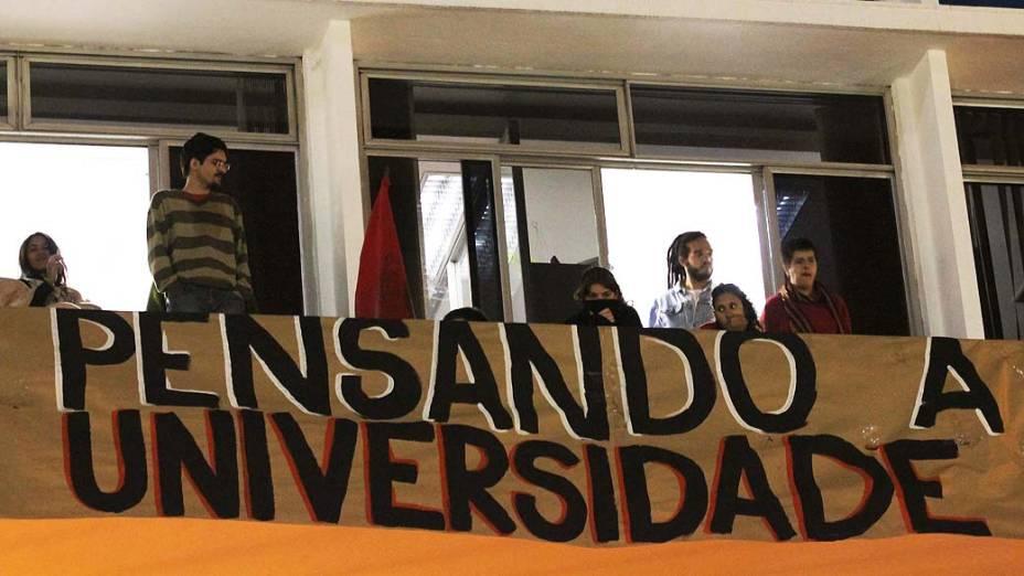 Tropa de choque realiza a reintegração do prédio da reitoria da UNESP (Universidade Estadual Paulista) em São Paulo, na manhã desta quarta-feira (17). Os estudantes que estavam no prédio foram levados em três micro ônibus à 2° DP