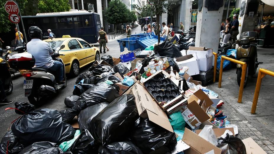 Pilhas de lixo acumulado perto do edifício do Ministério das Finanças em Atenas, na Grécia durante a greve de três dias dos trabalhadores municipais