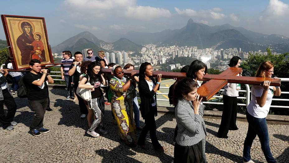 Católicos carregam cruz da Jornada Mundial da Juventude da Igreja Católica (JMJ), a caminho do Pão de Açúcar, no Rio de Janeiro, nesta quarta-feira (17)