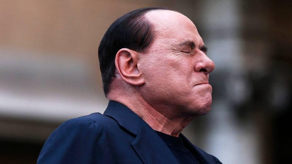 Ex-primeiro-ministro italiano, Silvio Berlusconi, fala com simpatizantes durante manifestação em protesto contra sua condenação por fraude fiscal, em Roma