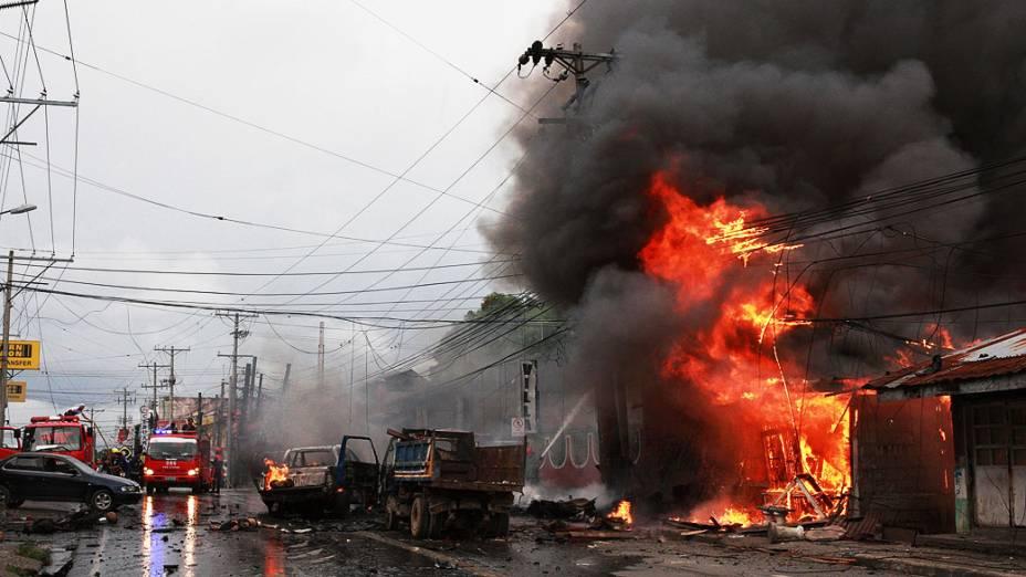 Equipes de emergência prestam socorro no local onde um carro-bomba explodiu. O ataque matou pelo menos seis pessoas e feriram dezenas em uma rua movimentada, no sul da cidade de Cotabato,nas Filipinas