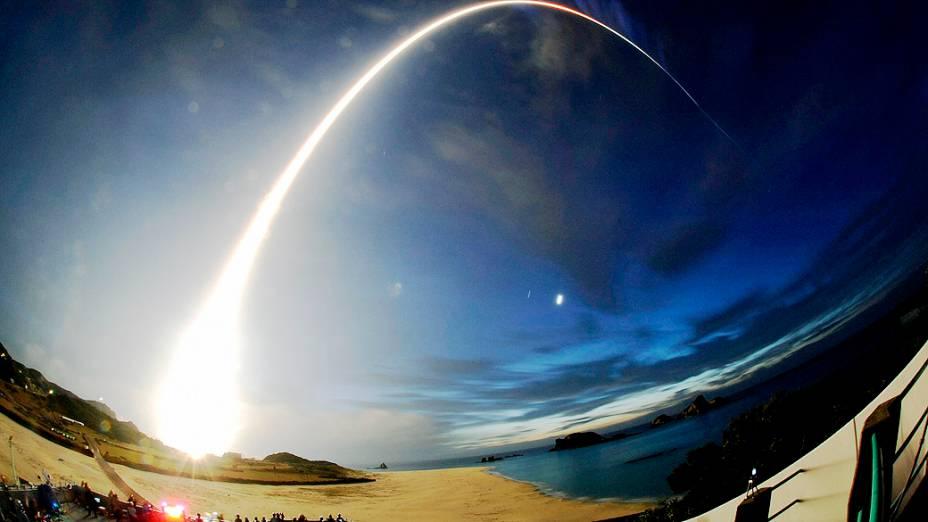Um foguete carregado de suprimentos, é lançado do Japão, para a Estação Espacial Internacional