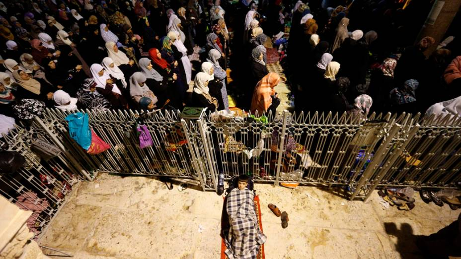 Palestinos fazem orações em frente ao Domo da Rocha, na mesquita Al Aqsa, em Jerusalém, Israel