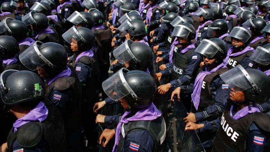 Polícia tailandesa monta guarda em frente à sede do governo durante protestos em Bangcoc