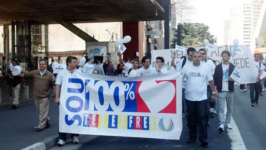 Funcionários da TelexFree protestam nesta segunda-feira (5), na Avenida Paulista, contra a proibição do funcionamento da empresa. A TelexFree é acusada de realizar um golpe conhecido como pirâmide financeira