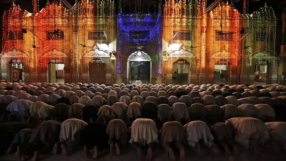 Muçulmanos paquistaneses fazem oração durante a leitura especial do Taravih, como parte das cerimônias do Ramadã, na mesquita de Peshawar, nesta segunda-feira (05)