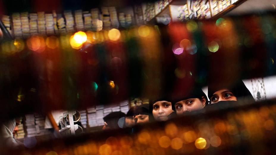 Mulheres em uma loja de pulseiras durante o mês sagrado do Ramadã, perto da mesquitaJama Masjid, na cidade antiga deDélhi, na Índia