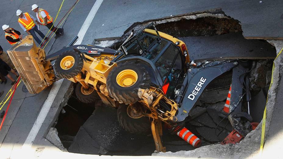 Um veículo de construção foi engolido na segunda-feira (05),por um buraco na Saint-Catherine Street, centro de Montreal, no Canadá
