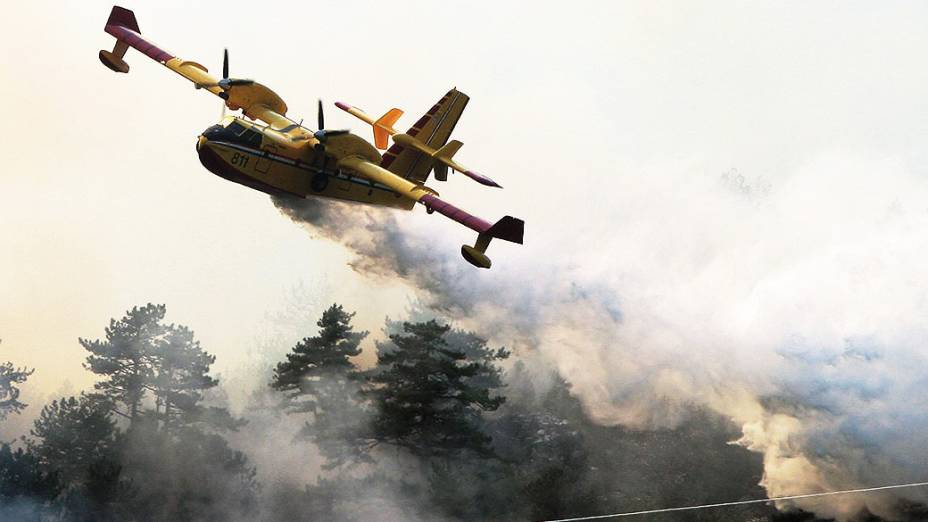 Avião croata tenta combater um incêndio perto da cidadede Jablanica, na Bósnia-Herzegovina. Autoridades solicitaram assistência internacional para conter o incêndio