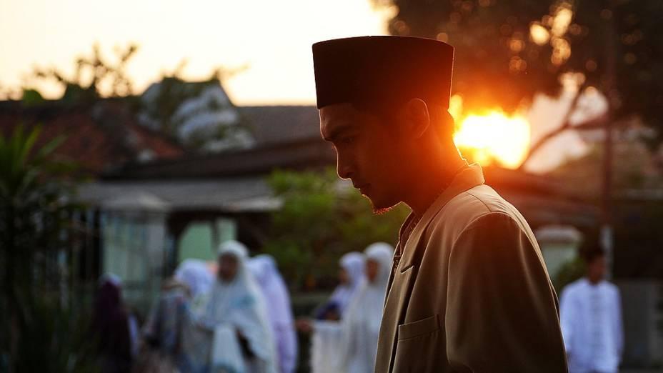 Mulçumano caminha até a mesquita para realizar as orações doEid al-Fitr, fim do jejum do Ramadã, em Surabaya, na Indonésia
