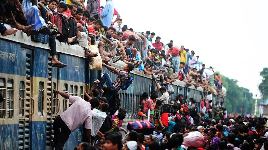 Muçulmanos lotam os transportesna cidade de Dhaka, em Bangladesh nesta época do ano para voltar para suas casas e celebrar o Eid al-Fitr, que é o fim do mês de jejuns do Ramadã