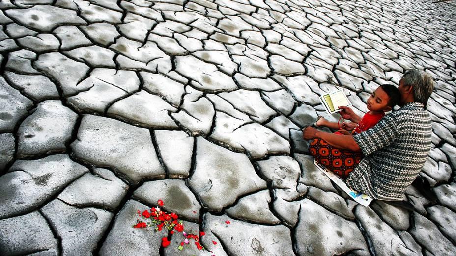 Indonésios rezam por membros da família mortos em erupção de vulcão
