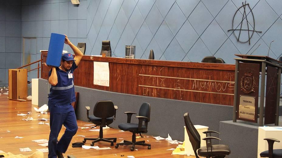 Funcionários observam rastros do vandalismo após a confusão da noite de quarta-feira (07) na Câmara de Vereadores de Campinas(SP), o objetivo do protesto era por melhorias no transporte público