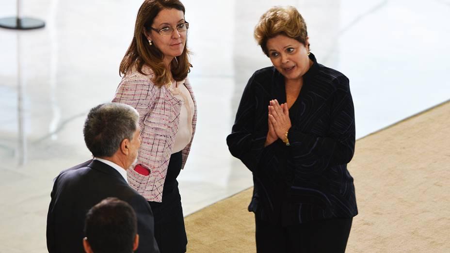 A presidente Dilma Rousseff e o ministro da Defesa, Celso Amorim, participam de cerimônia de apresentação de oficiais-generais promovidos, no Palácio do Planalto. Ao lado, a ministra da Secretaria de Comunicação Social, Helena Chagas