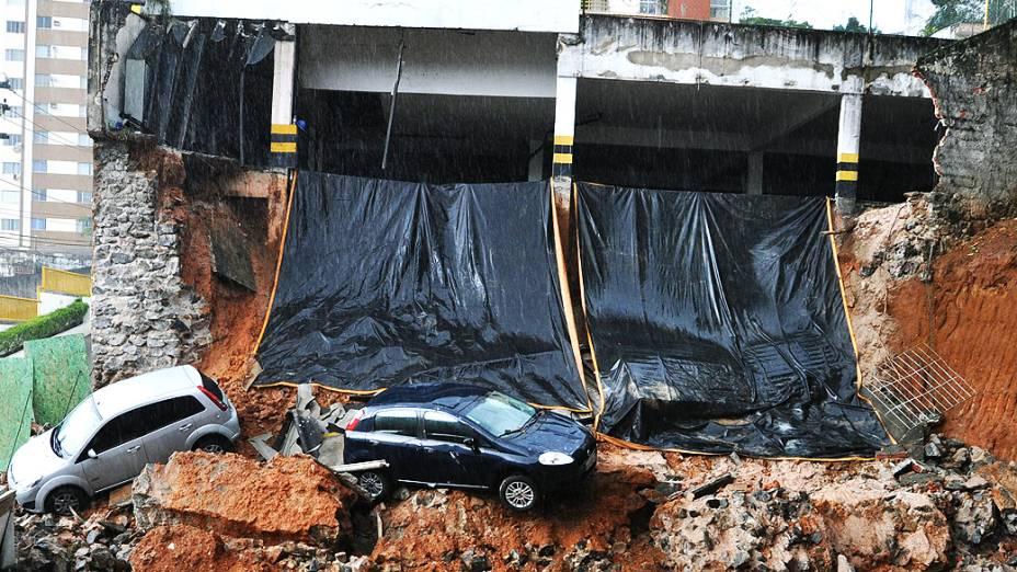 Vista de dois veículos nesta quinta-feira (08), que caíram num barranco após parte da estrutura do estacionamento de um prédio de oito andares desabar em Salvador (BA), no Bairro de Brotas