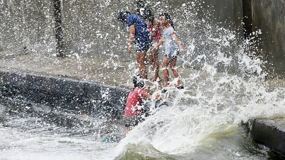 O tufão Utor, que atingiu a costa norte das Filipinas nesta segunda-feira, já matou uma pessoa e deixou 45 pescadores desaparecidos, segundo veículos de comunicações e autoridades