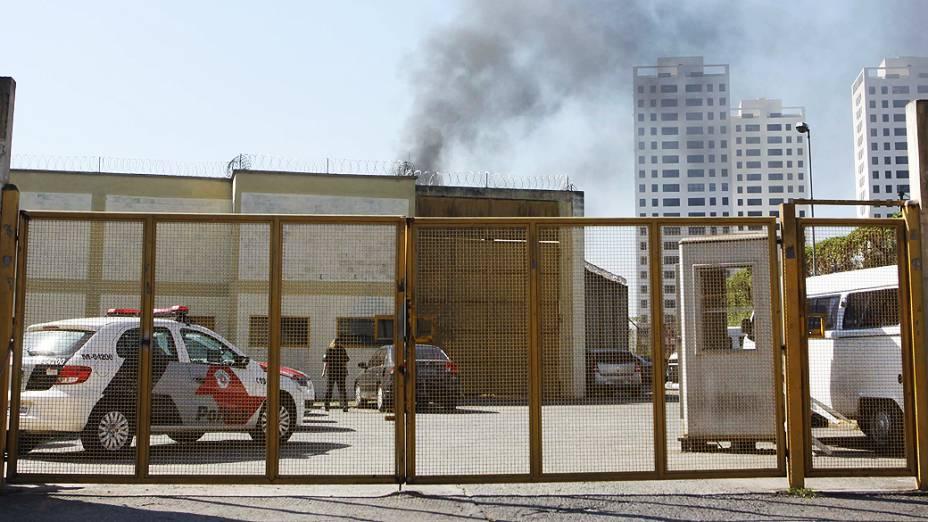 Fumaça saindo da sede da Fundação Casa na Vila Leopoldina após internos promoverem rebelião