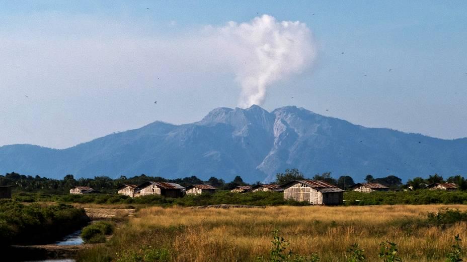 O vulcão do Monte Rokatenda entra em erupção na ilha de Palue, na Indonésia, deixando as autoridades em alerta