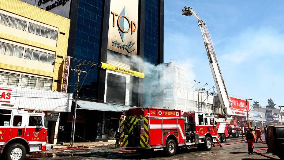 Incêndio atinge o shopping Top Mall, na Avenida Comercial Norte, região de Taguatinga, a 20 km do centro de Brasília (DF), nesta segunda-feira (12)