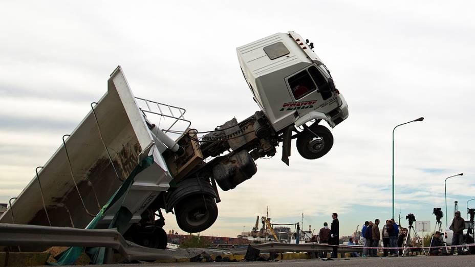 Caminhão ficou pendurado em uma ponte sobre o Rio da Prata após um acidente ocorrido nesta segunda-feira (12) em Buenos Aires, na Argentina