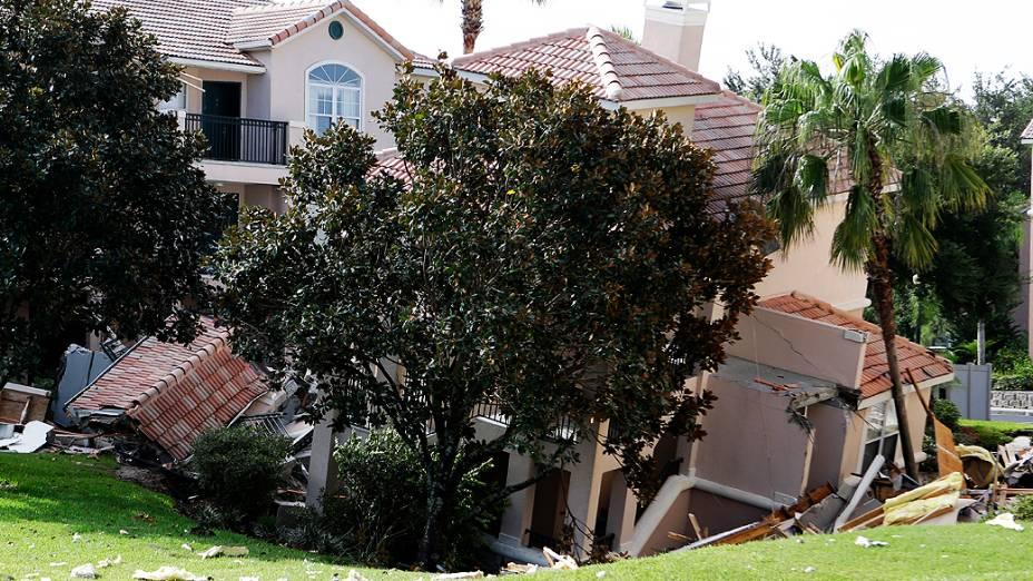 A abertura de uma cratera no chãoprovocou o desabamento parcial de dois prédiosdoresort Summer Bay, próximo aos parques da Disney, na Flórida, na madrugada desta segunda-feira (12)