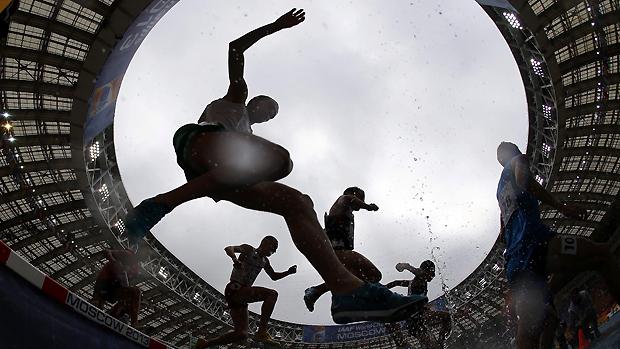 Atletas durante corrida com obstáculos no Mundial de Atletismo, em Moscou