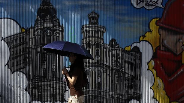 Turista passa por grafite em Madri, na Espanha