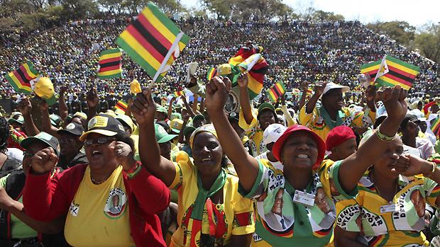 Partidários de Robert Mugabe, presidente do Zimbábue desde 1980, nas comemorações do Dia dos Heróis, em Harare