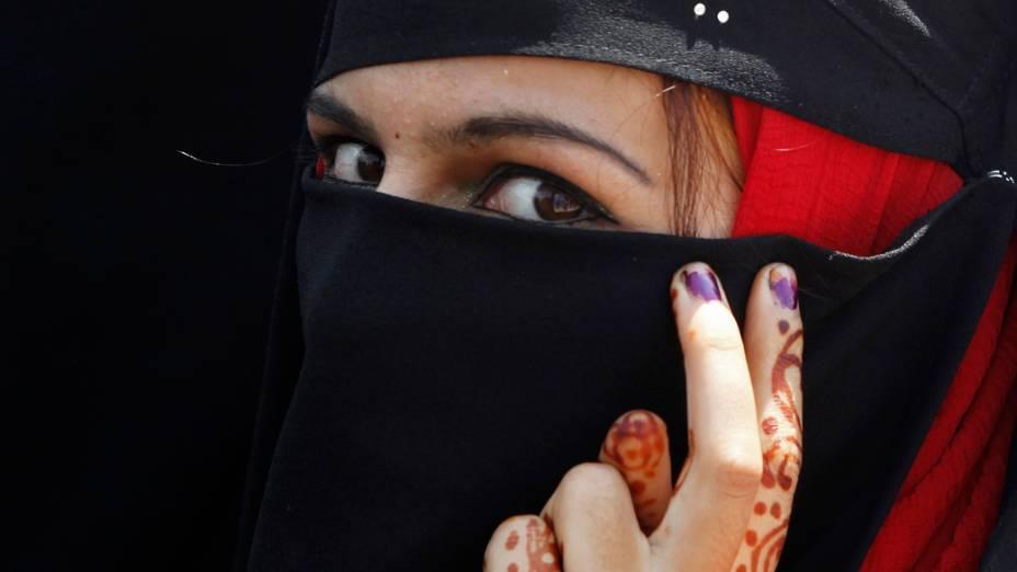 Na Caxemira, membro da Khawateen Markaz, grupo feminino separatista, durante protesto após três pessoas morrerem em confrontos entre hindus e muçulmanos