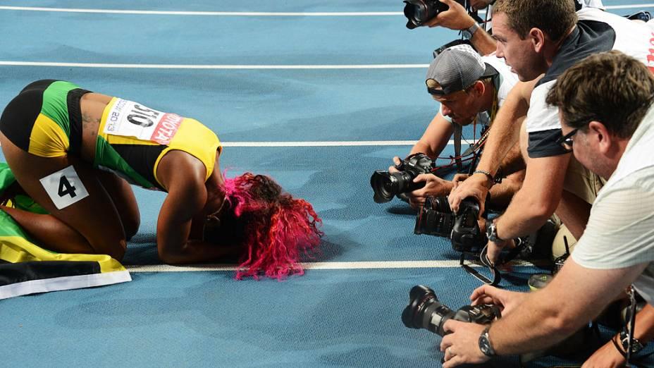 Atleta jamaicana Shelly-Ann Fraser-Pryce cercada por fotógrafos após a vitória na prova dos 100 metros durante o Campeonato Mundial de Atletismo, na Rússia