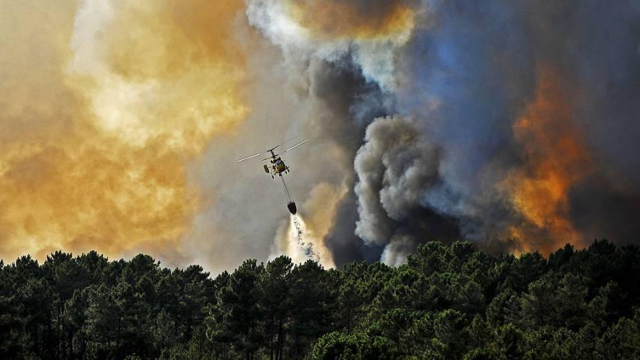 Helicóptero trabalha para controlar um incêndio florestal, perto de Penalva do Castelo, em Portugal