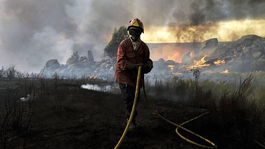 Bombeiro luta para extinguir incêndio florestal perto de Viseu, norte de Portugal