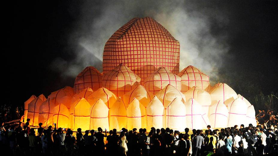 Chineses instalam uma lanterna de papel de 30 metros de diâmetro no vilarejo de Xiapo, província de Hainan, na China, nesta terça-feira (27); a lanterna foi feita em homenagem ao tradicional festival do Fantasma Faminto Chinês