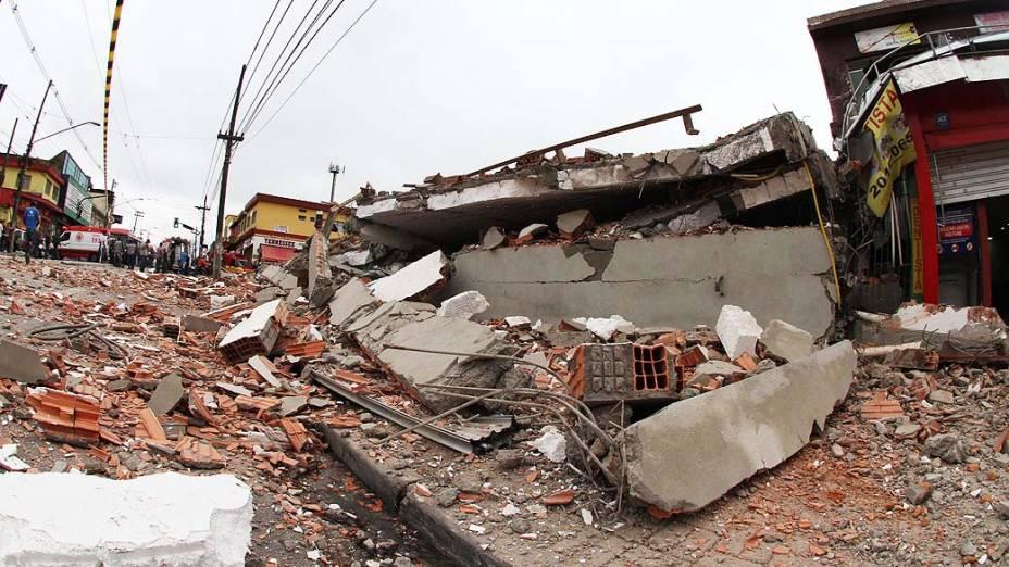 Prédio em construção desaba e deixa cerca de 15 vítimas sob escombros na manhã desta terça-feira (27), na Avenida Mateo Bei em São Mateus, na zona leste de São Paulo (SP)