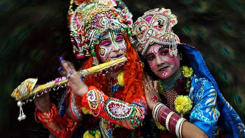 Estudantes indianos vestidos como o deus hindu Krishna e sua consorte, Radha, participam do Festival Janmashtami (que comemora o nascimento de Krishna), nesta terça-feira (27) na cidade de Amritsar