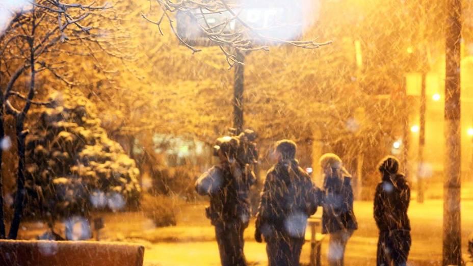 A neve voltou a colorir de branco a cidade de São Joaquim nesta terça-feira (27), na Serra de Santa Catarina. Esse é o segundo registro de neve em menos de 15 dias