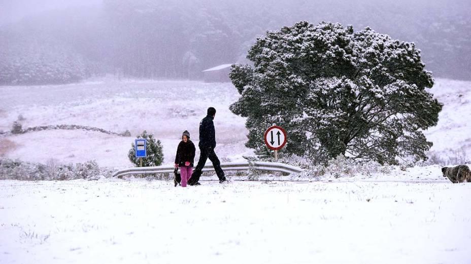 Sete horas desde que os primeiros flocos de gelo atingirem São José dos Ausentes, na serra gaúcha, a paisagem pelo menos 25 cidades do Rio Grande do Sul registraram neve na madrugada de terça para quarta-feira