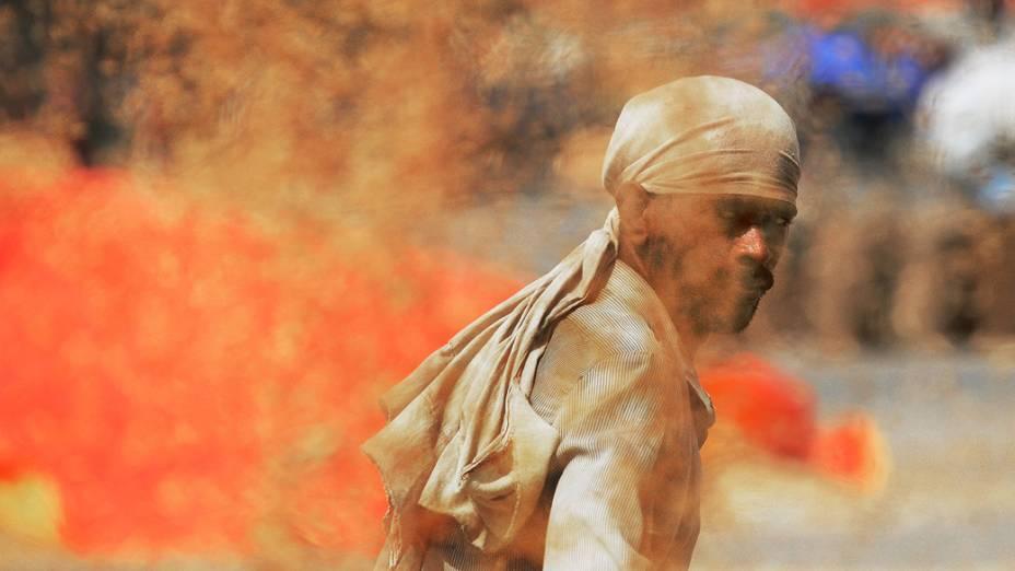 Trabalhador de um um depósito de grãos é visto depois que o governo aprovou um programa de 18 bilhões para fornecer alimentos para os pobres com o intuito de varrer a fome e a desnutrição, na Índia