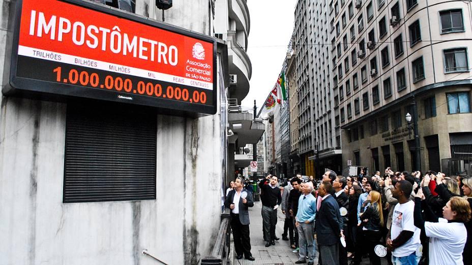 Impostometro na associação comercial de São Paulo na rua boa vista registra 1 trilhão na tarde dessa terça feira (27)