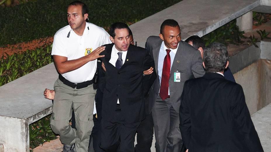 O deputado Natan Donadon é levado algemado para o Penitenciária da Papuda após ser absolvido pela Câmara
