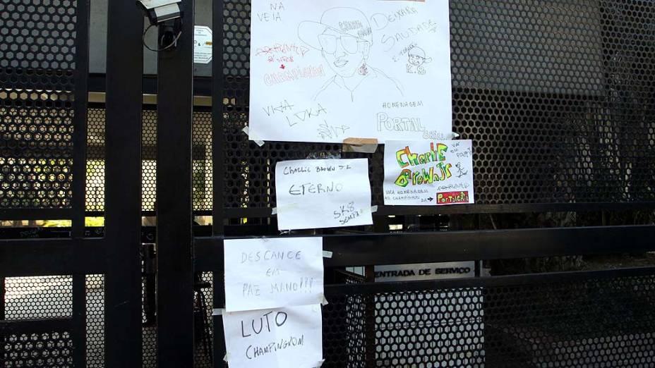 Cartazes e faixas em frente ao prédio onde morava o músico Luiz Carlos Leão Duarte Junior, 35, o Champignon da banda Charlie Brown Jr. Morto na madrugada de ontem (9) com um tiro na cabeça