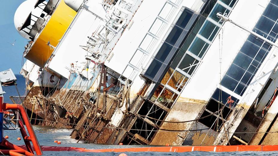 """O navio Costa Concordia que naufragou em janeiro de 2012 foi """"endireitado"""" para ser removido do porto de Giglio na Itália durante uma operação que teve início na segunda-feira(16)"""