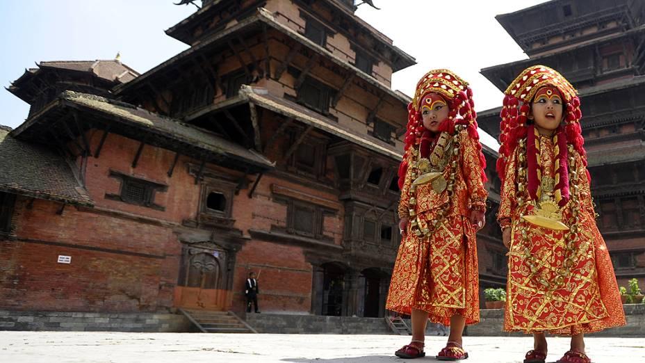 Meninas nepalesas vestidas com a roupa de Kumari, a deusa da vida, posam durante rituais do Kumari Puja na Praça Durbar, em Katmandu
