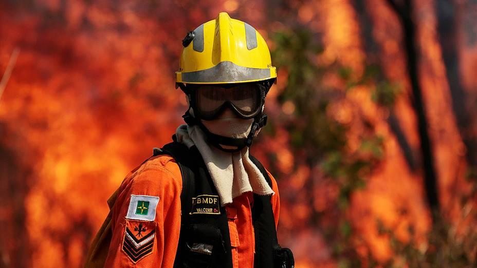 Bombeiro trabalha para tentar extinguir as chamas de um incêndio florestal na área de conservação ambiental perto Palácio Jaburu, residência oficial da vice-presidência, em Brasília