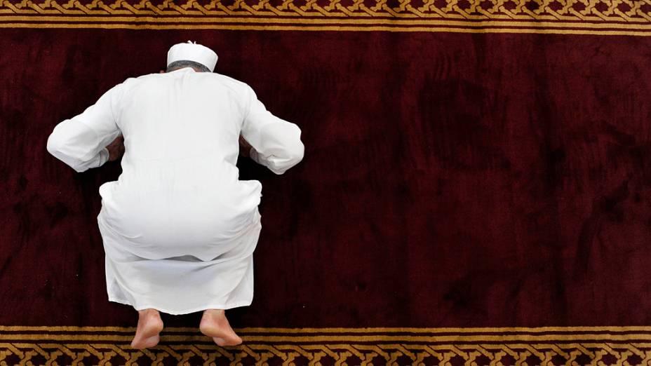 Homem reza em uma mesquita na cidade velha de Tripoli, na Líbia